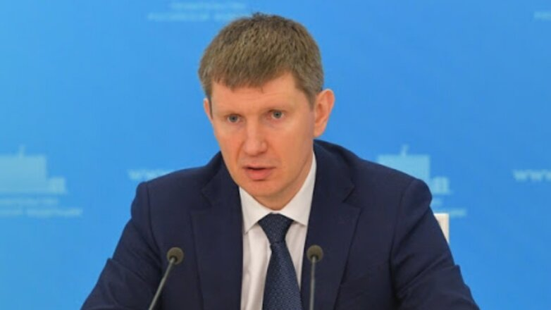 Максим Решетников синий фон