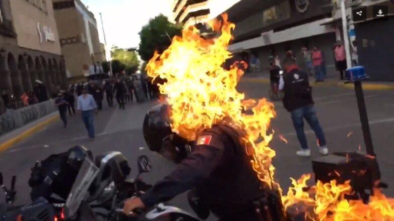 Протесты в Мексике поджёг полицейского