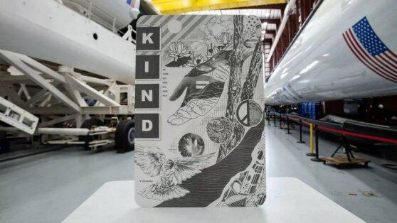 Crew Dragon доставил на МКС работы художника Итона