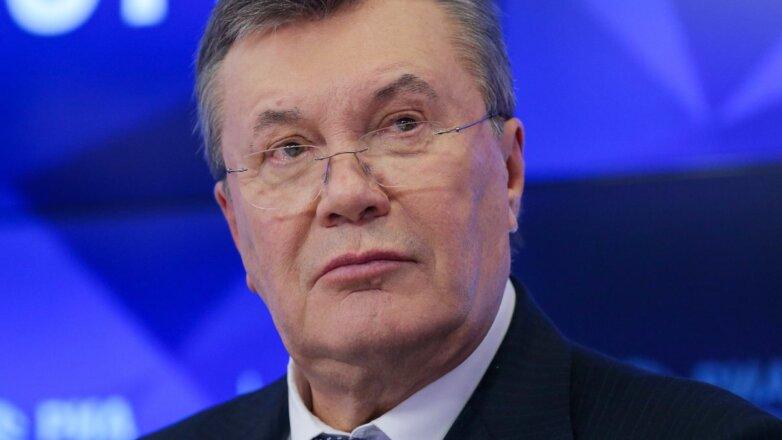 Бывший президент Украины Виктор Янукович синий фон