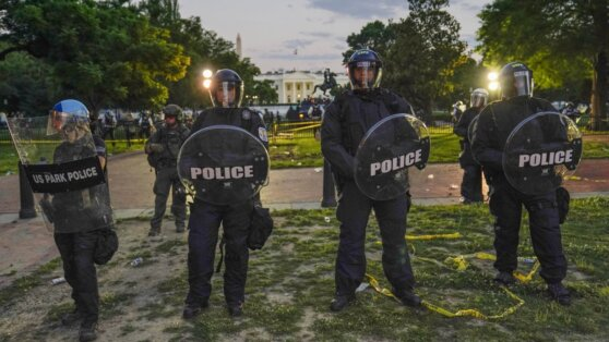 Протестующие у Белого дома потребовали отставки Трампа