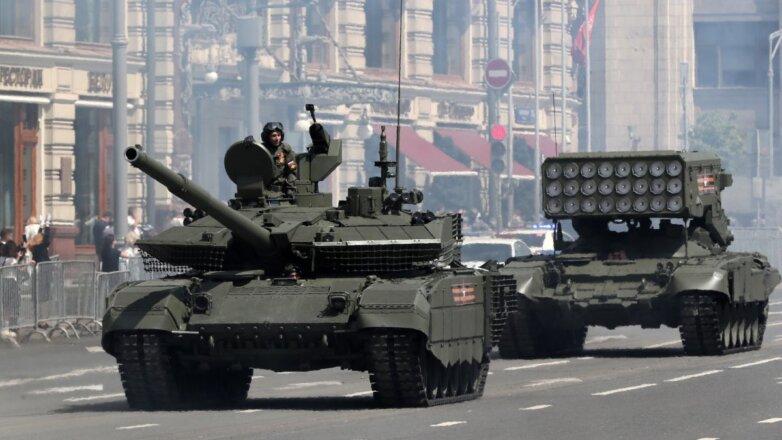 танк Т-90М и огнеметная система ТОС-1А на Тверской улице во время парада Победы 2020 года