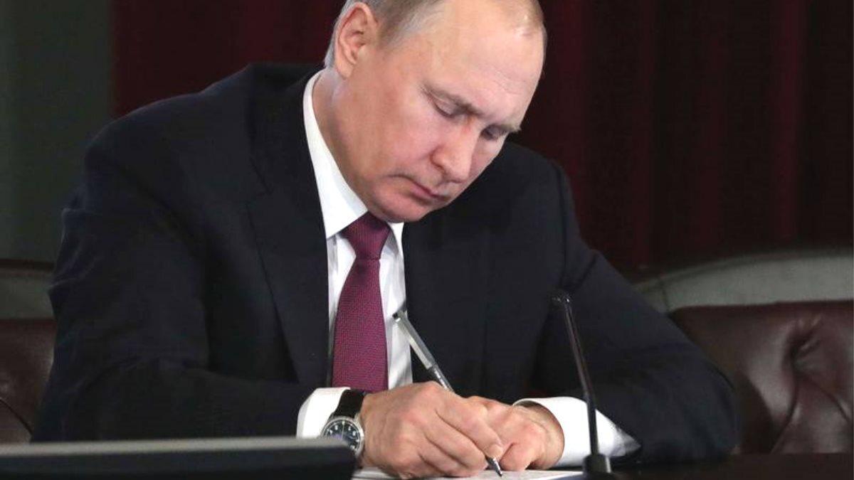 Владимир Путин подписывает подписал указ приказ документ темный фон