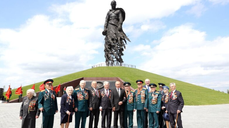 Владимир Путин с ветеранами Великой Отечественной войны на церемонии открытия Ржевского мемориала Советскому солдату
