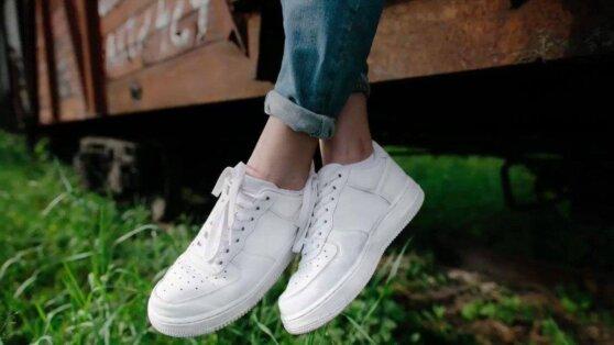 В сети раскрыли простой способ очищения белой обуви