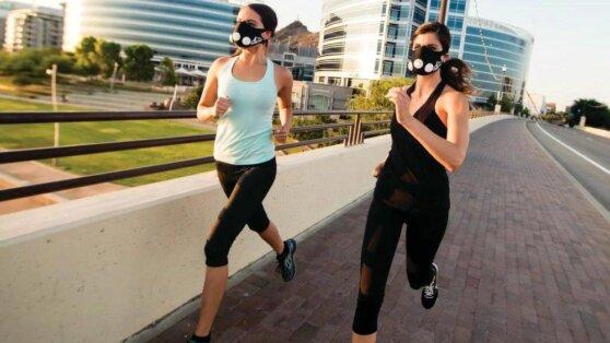 Эксперты оценили безопасность прогулок и занятий спортом в масках