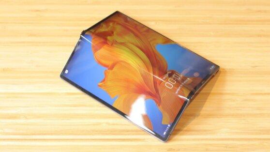 Xiaomi запатентовала смартфон-книжку с большим гибким экраном