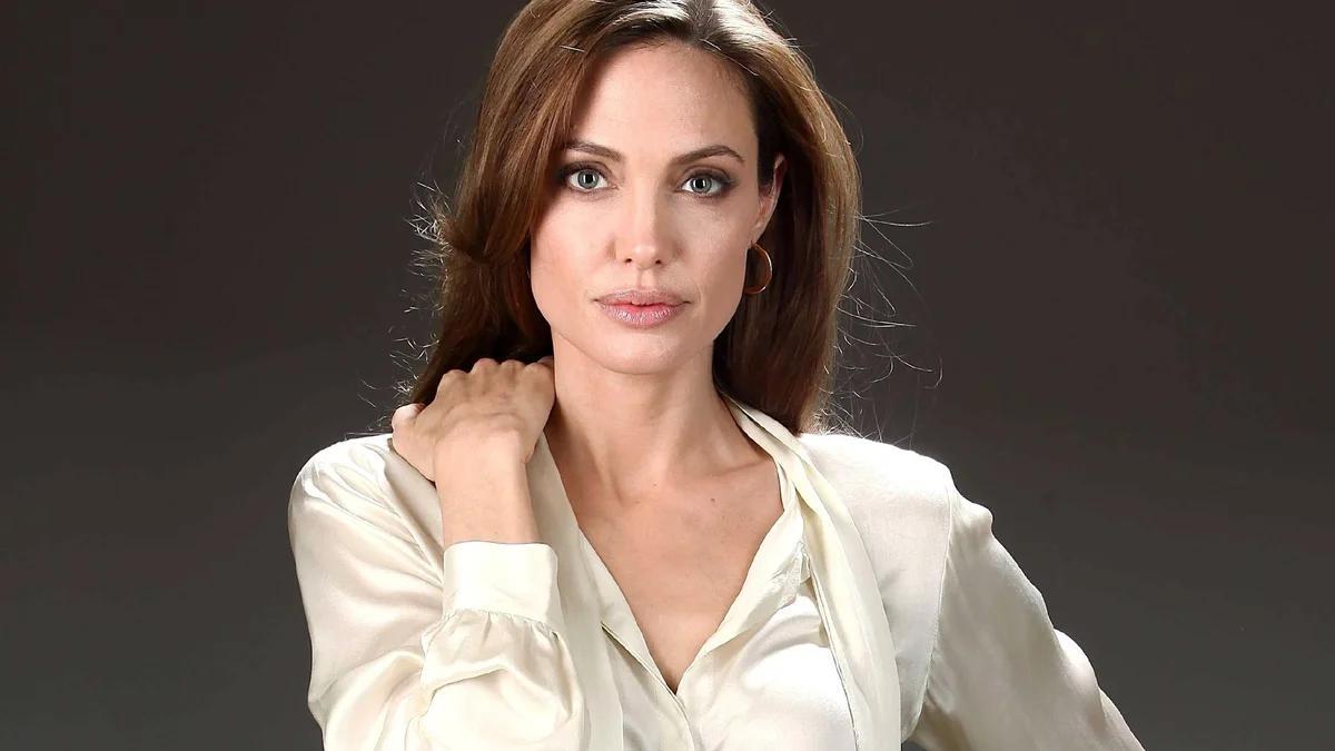 Неожиданный подарок Анджелины Джоли для Брэда Питта объяснили