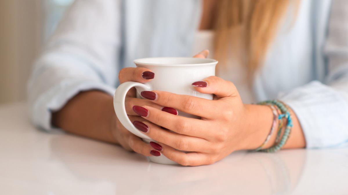 Кружка в руках кофе чай напиток