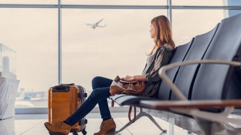 Аэропорт терминал зал ожидания девушка