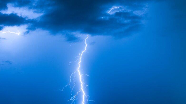 Молния гроза синий фон