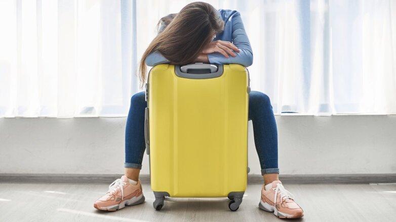 туристка с чемоданом отмена рейса туризм