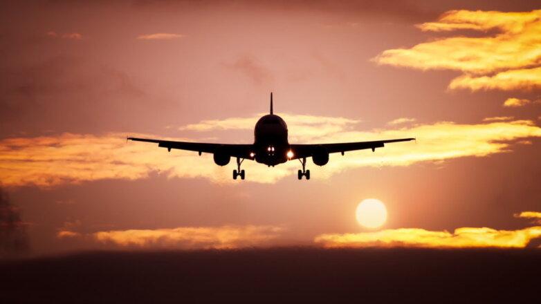 Силуэт пассажирского самолёта в небе посадка