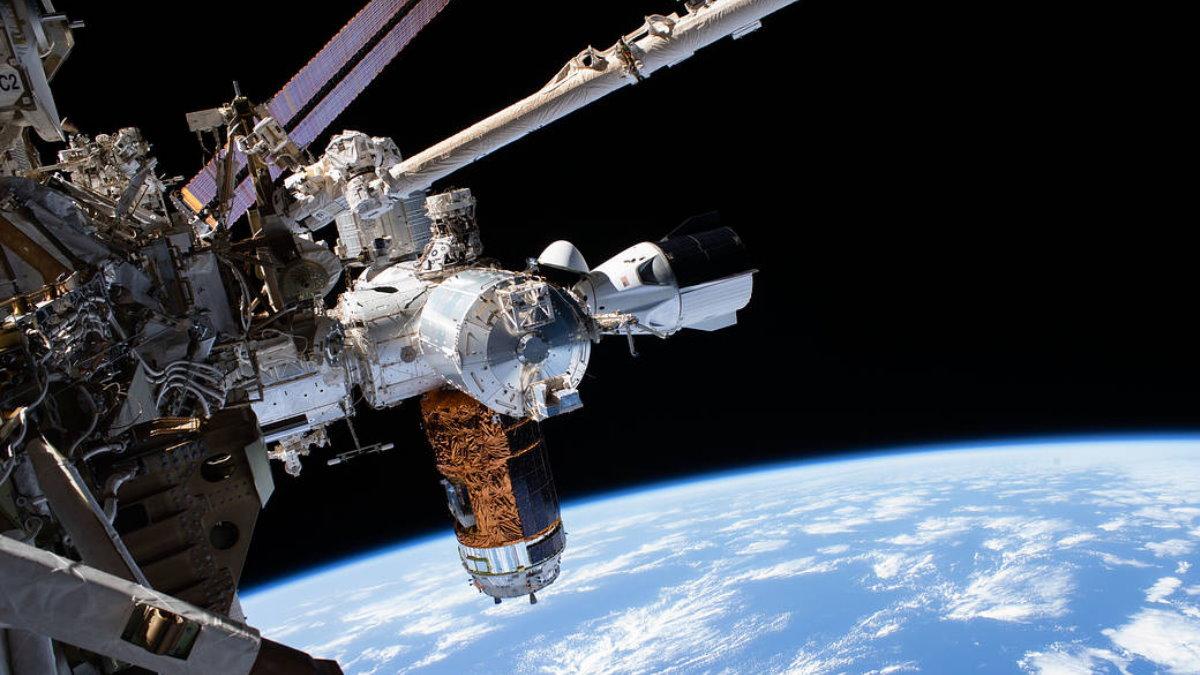 Космический корабль Crew Dragon пристыкованный к МКС