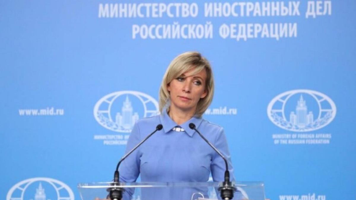 Официальный представитель МИД России Мария Захарова голубой фон