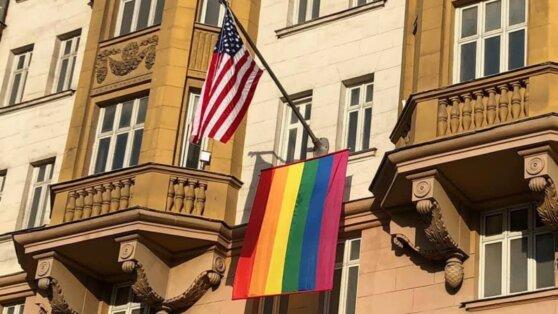 Путин пошутил о флаге ЛГБТ на здании посольства США в Москве