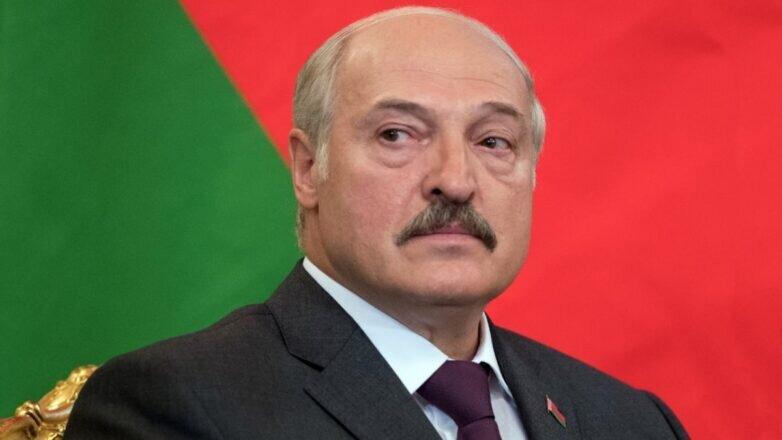 Президент Белоруссии Александр Лукашенко крупно на фоне флага