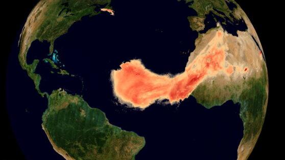 Проходящего через Атлантику «Годзиллу» показали из космоса