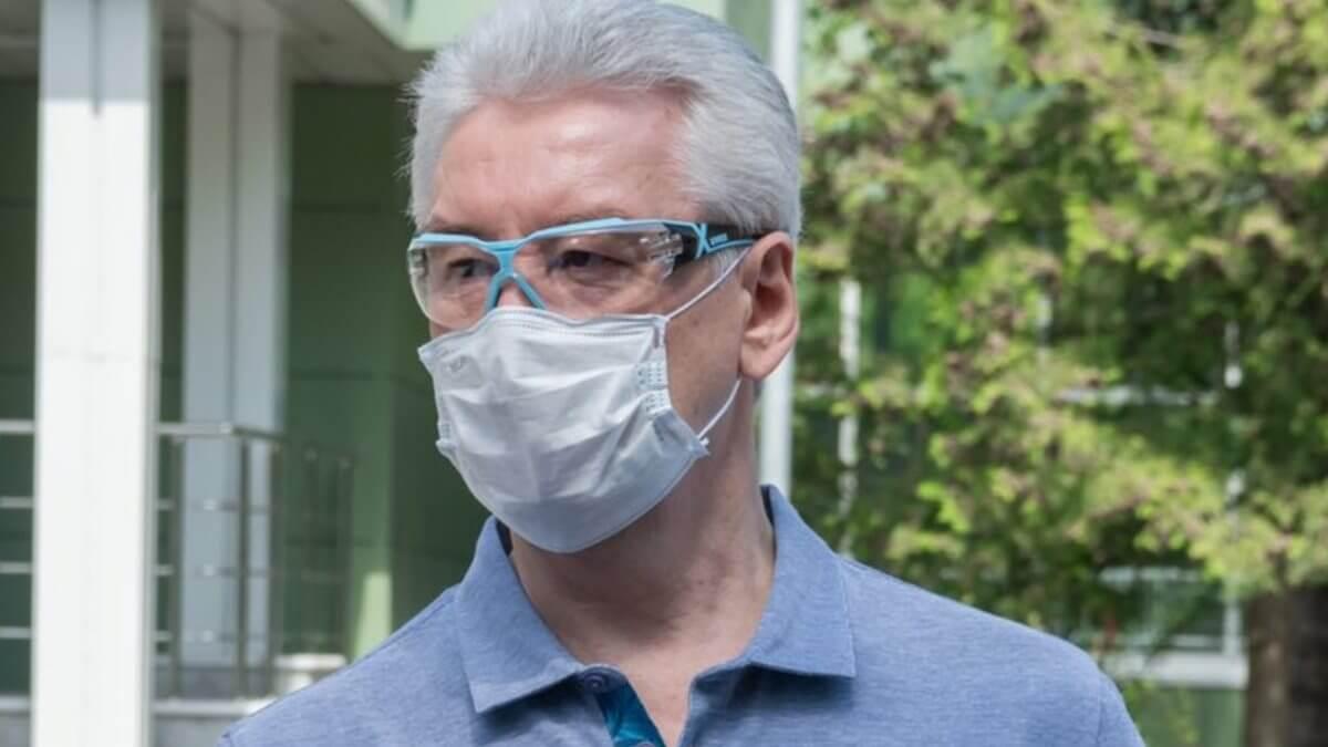 Сергей Собянин на улице в маске