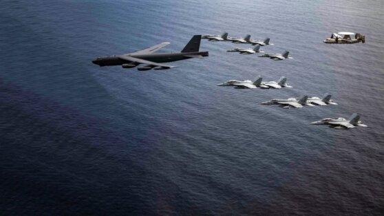 Стратегический бомбардировщик B-52 принял участие в маневрах ВМС США