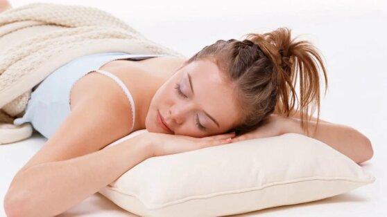 Названы самые опасные для сна позы