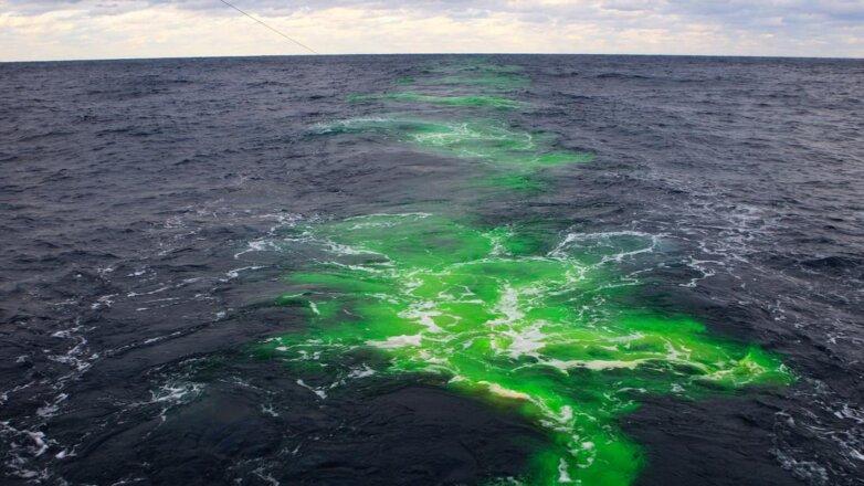 Флуоресцентный краситель на поверхности Атлантического океана