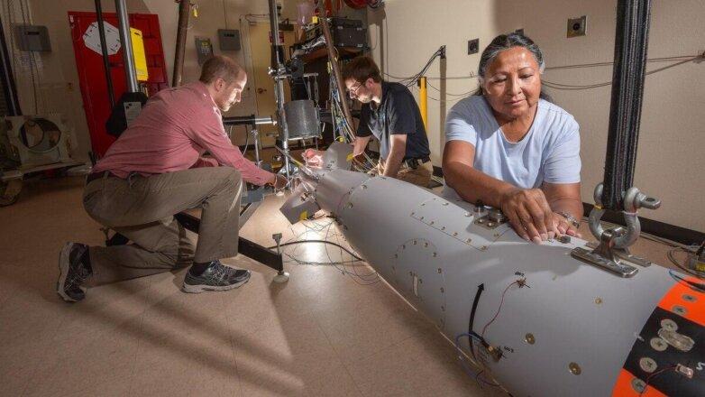 Сотрудники Национальной лаборатории Сандиа готовят ядерную бомбу B61-12 к вибрационным испытаниям