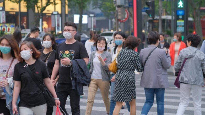 Китай коронавирус люди в масках улица
