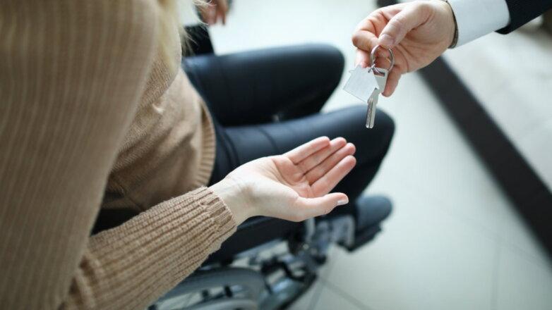 Женщина инвалид-колясочник квартира ключи