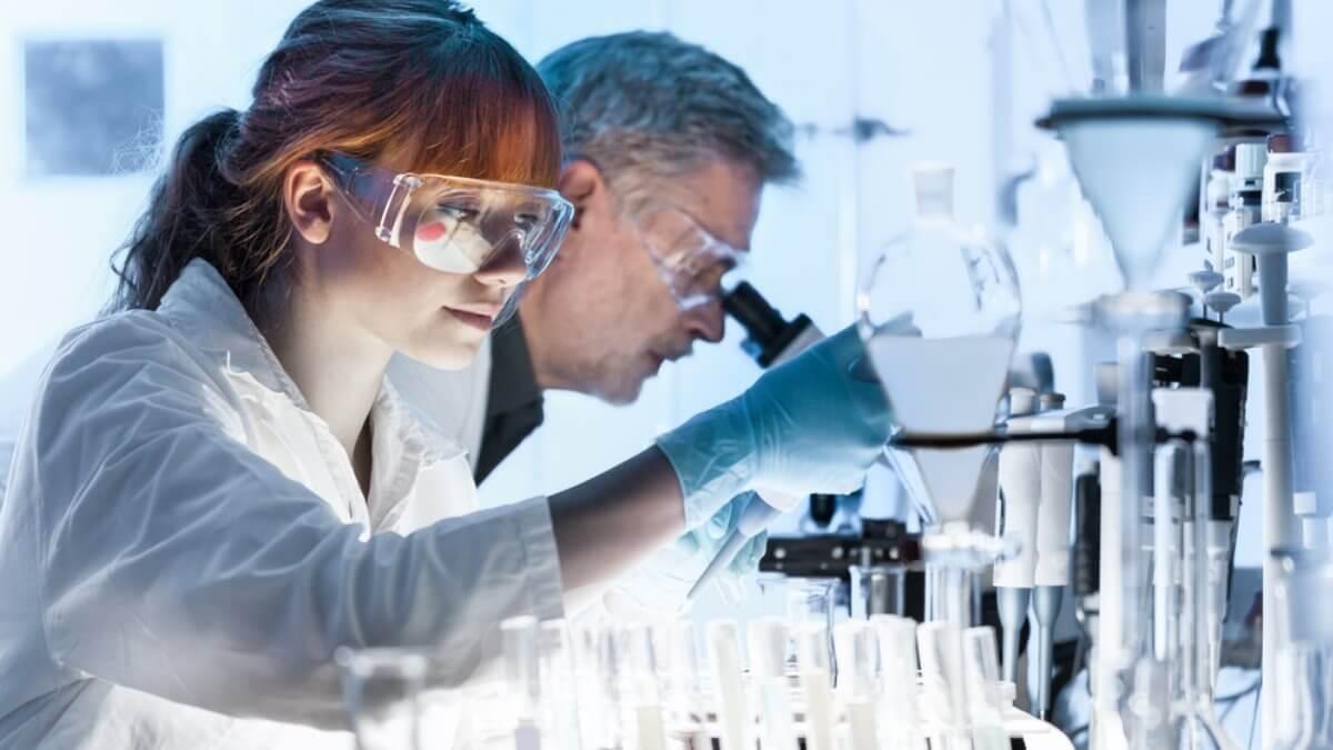 Лаборатория учёные лаборанты микроскоп пробирки исследования исследование