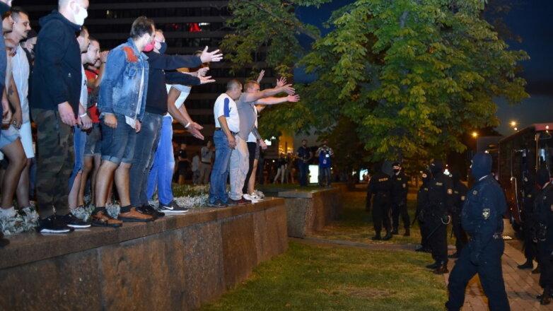 Белоруссия Беларусь протесты ОМОН протестующие один