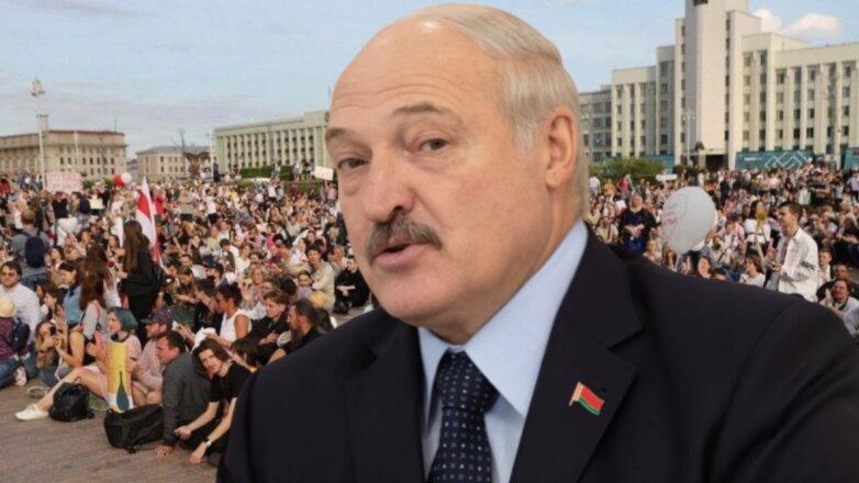 Александр Лукашенко и протестующие