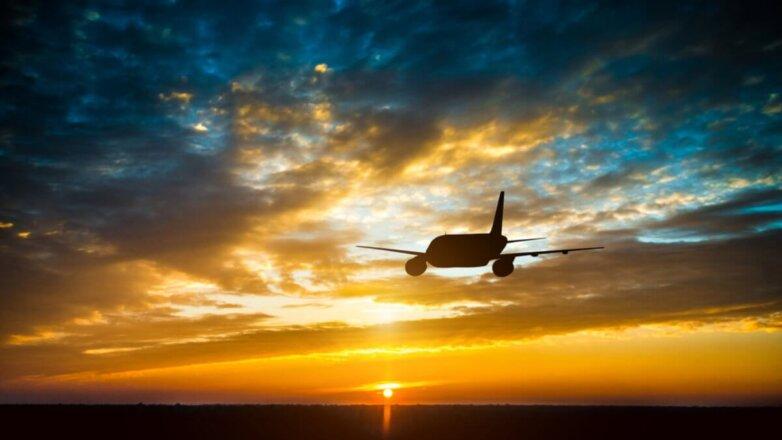 Силуэт пассажирского самолёта в небе горизонт