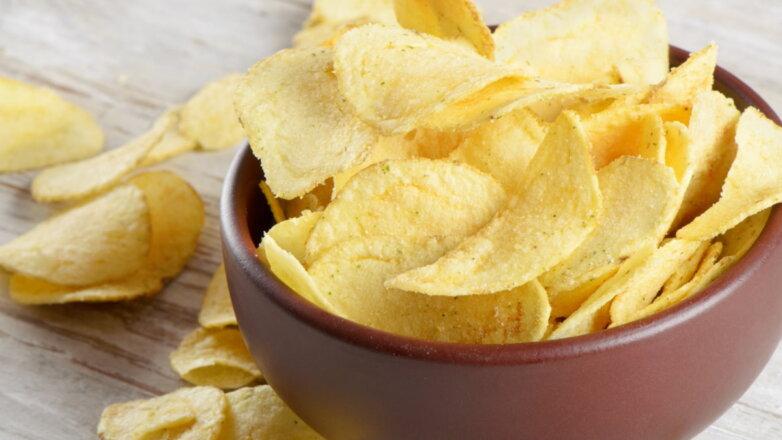 Картофельные чипсы в миске