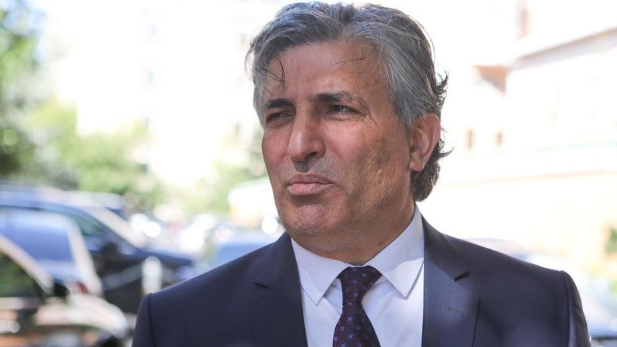 Адвокат Эльман Пашаев хмурится