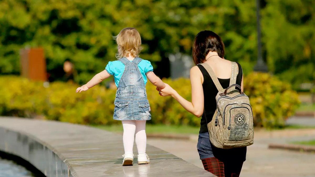 Погода тепло бабье лето парк мама ребёнок девочка