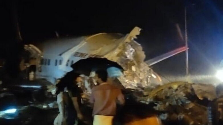 Самолёт в Индии развалился на части два