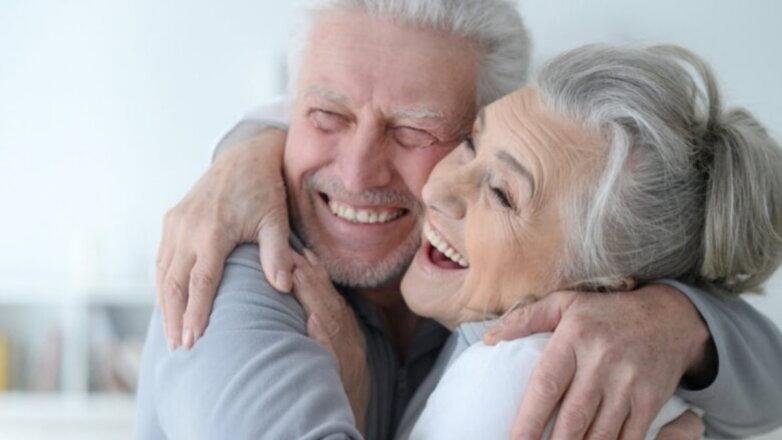 Счастливая пожилая пара пенсионеры оптимисты радость