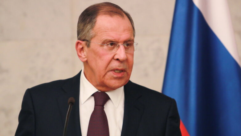 Министр иностранных дел Сергей Лавров говорит флаг один