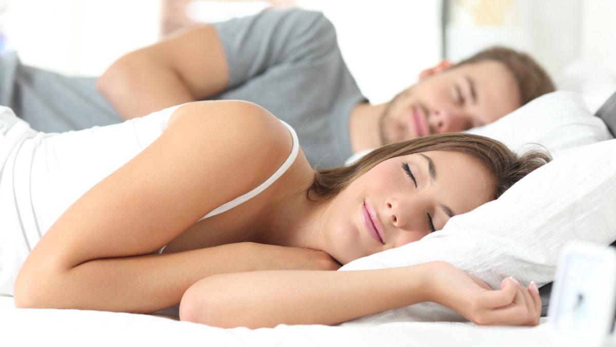 Сон на боку спящие люди спать хороший сон выспаться
