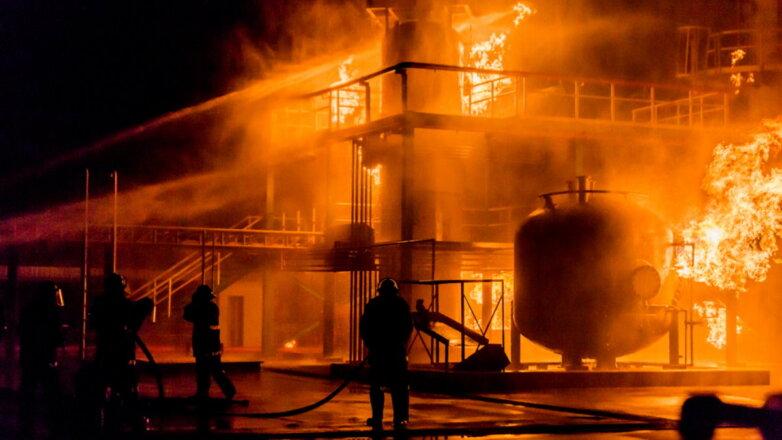 Газопровод огонь пожарные тушат горит