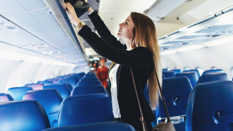 Самолёт борт салон багаж ручная кладь девушка