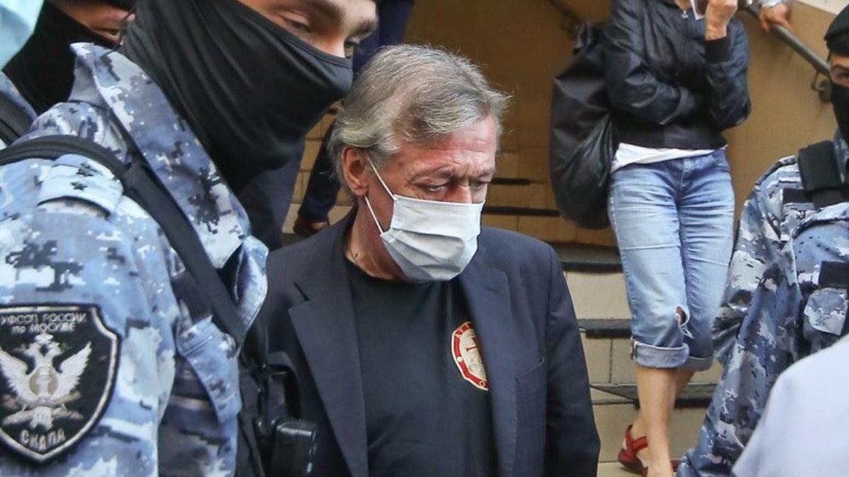 Актёр Михаил Ефремов у здания Пресненского суда конвой
