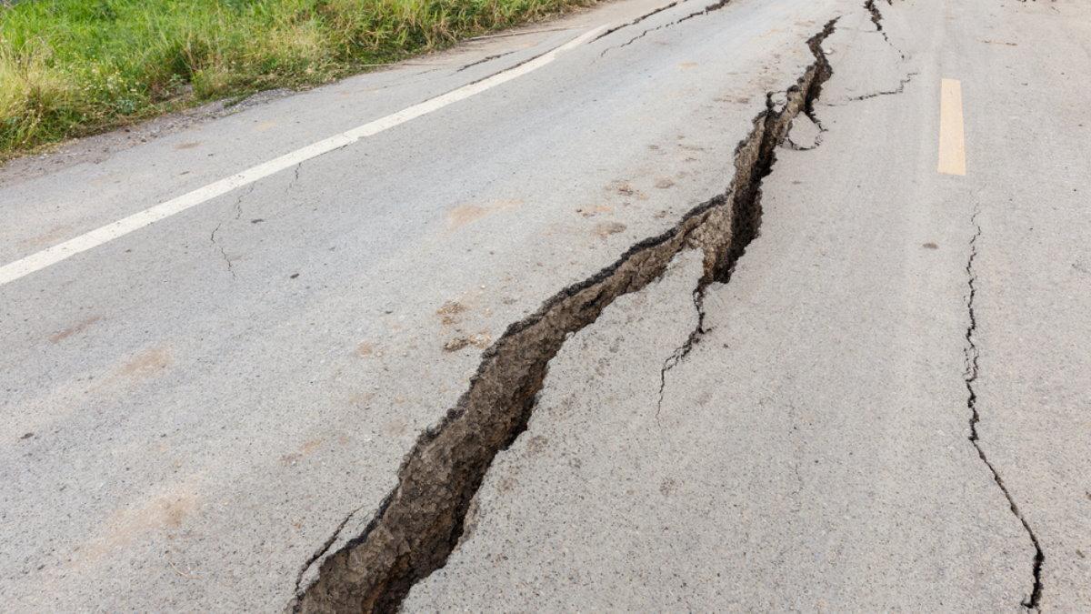 Землетрясение дорога трещина