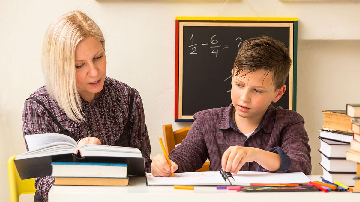 Школьник делает домашнюю работу