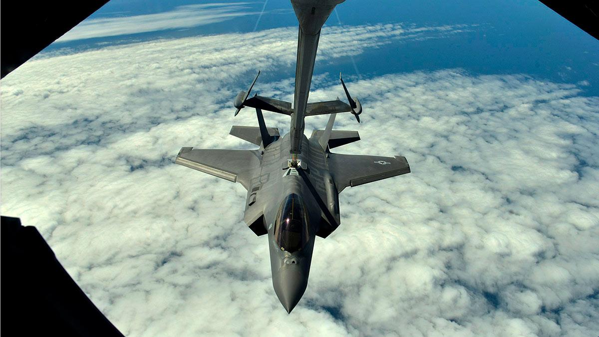 F-35 истребитель бомбардировщик дозаправка в воздухе