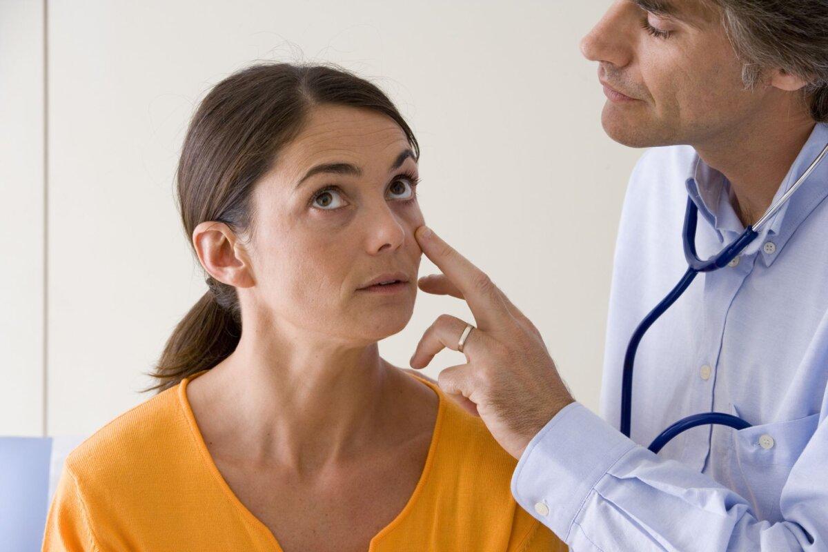 осмотр пациентки врачом