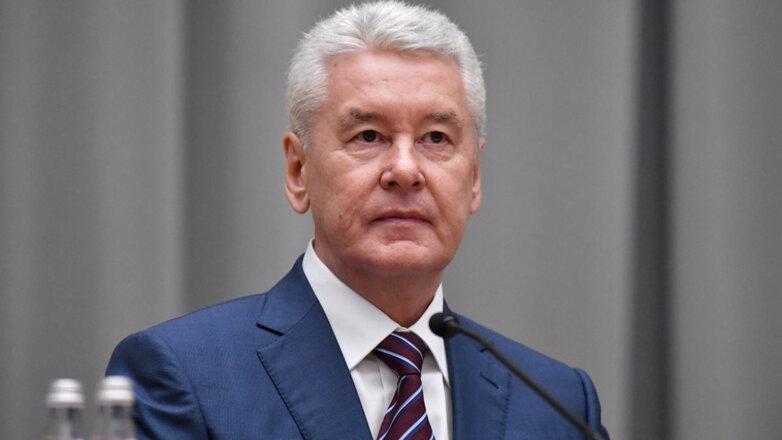 Мэр Москвы Сергей Собянин серый фон один