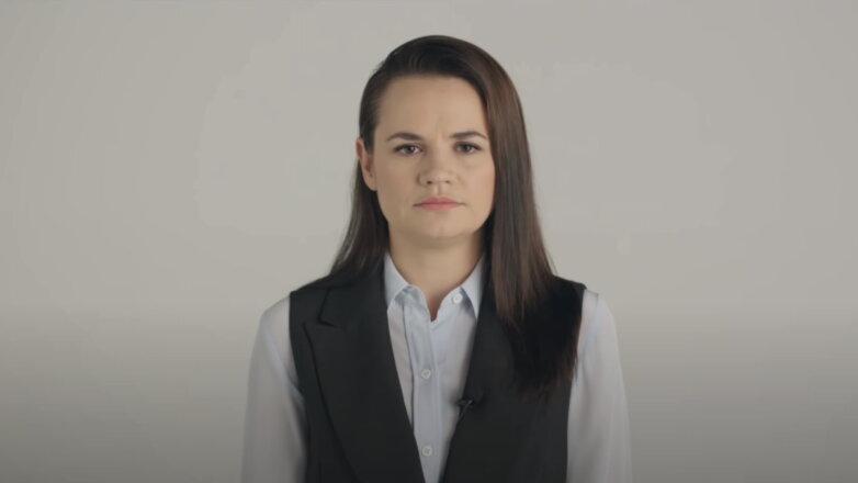 Светлана Тихановская серый фон
