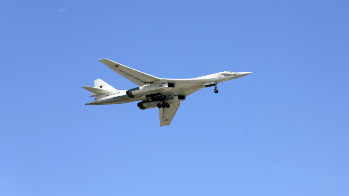 Стратегический бомбардировщик-ракетоносец Ту-160 один
